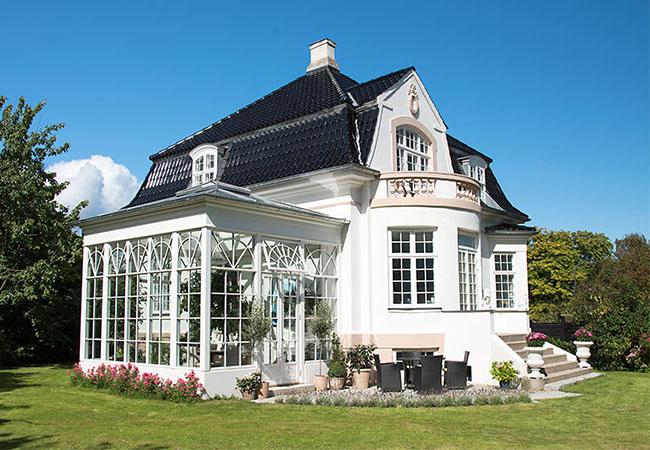 Villa med orangeri i forlængelse