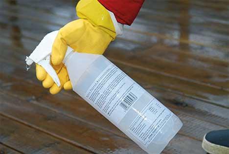Fukt terrassen og påfør terrasserens med sprayflaske eller malerulle
