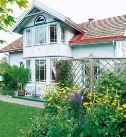 Sveitserhuset fra tidlig 1900-tallet har Helen overtatt etter bestemoren. Vakre blomsterbed og en sti dekket med småstein omkranser hele huset.