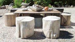 Eieren ønsket ikke vanlige hagemøbler, så stolene ble erstattet av stubber som står ute hele året.