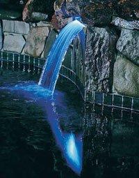 Her er det brukt fiberoptikk under et vannfall i et basseng.