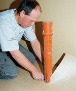Tilpasningen rundt rørgjennomføringen må gjøres nøyaktig for å unngå at fuktighet trenger inn under gulvbelegget.