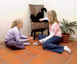 Ingenting er som å leke på et oppvarmet gulv synes Anette og Marlene Carlstad. Foto: Trond Folckersahm
