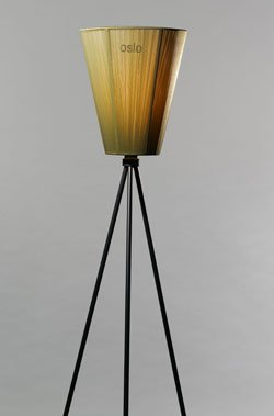 Oslo Wood - en studiolampe med tre ben. Pris 1990,-