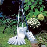Spade og rake er et must når hagen skal fikses for en ny sommersesong. Her vises Garden Light-serien fra Fiskars.