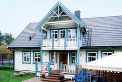 Huset er malt med oljedekkbeis, demihvit med blågrå karmer.