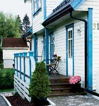 Den blågrå kontrasten går igjen på karmer, kanter og gjerdestolper. Fargen ble valgt for å passe inn i nabolaget, her var det flere hvite hus med kontrast på karmer og kanter.