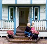 Karin og datteren Emilie koser seg på terrasen i det nybygde huset.