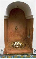Det er plassert mange små kraner og vasker rundt omkring i en riad.