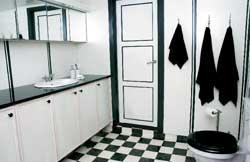 Rommelig nedfelt vask fra Porsgrunn Bad blir effektfult i den sorte benkeplaten.