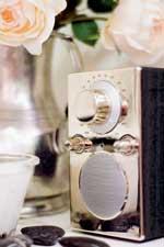 En elegant Tivoli-radio i sølv og deilige duftlys for ekstra hygge.