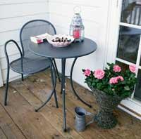 Cafestol og bord i jern fra Hus og Hage. Trendy og lite plasskrevende. Tåler vær og vind og kan stå ute hele året.