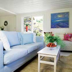 Den turkise sofaen har løst, vaskbart trekk.