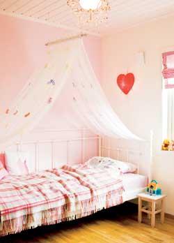 Alle småjenters drøm - et prinsesserom med himmelseng og rosa vegg.