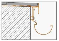 Et eksempel på dekkeforkant hvor et beslag er lagt under ytterste flisen og blir som en del av rennesystemets innfesting.