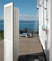 Her er dusjen koblet rett på ytterveggen av sommerhuset. En sjalusidør skjermer mot naboen, mens det er fri utsikt til Oslofjorden og båtlivet.