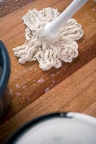 Gulvvask af lakeret gulv.
