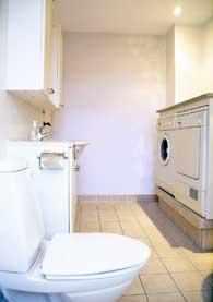 Badeværelse før tapet blev sat op.