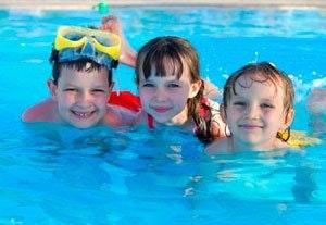 Børn i pool med klor.