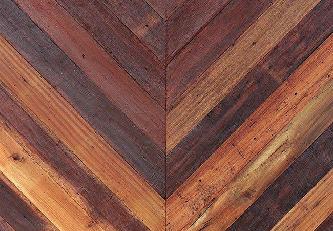Brugt byggemateriale i form af patinerede gamle træplanker.