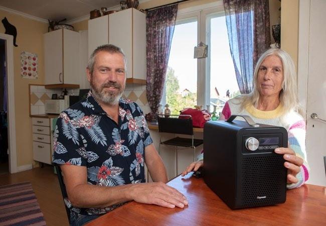 """En maskin som er enkel å håndtere, den veier bare noen få kilo og er helautomatisk,"""" sier Gunnar og Irene"""
