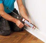 Acrylsprøjte mellem væg og panel.
