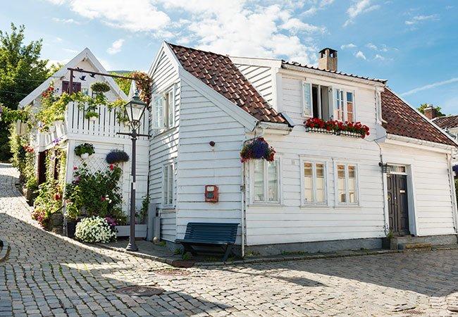 Farvevalg til hus - grå sokkel på hvidt hus.