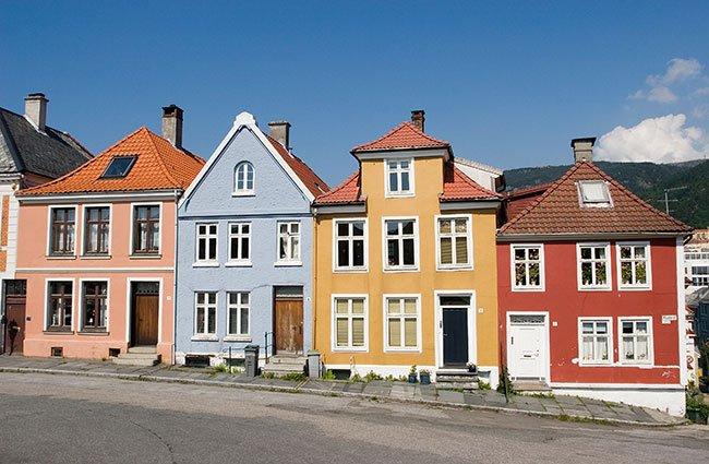 Hvid farve til fundamenter får ligesom huset til at svæve.