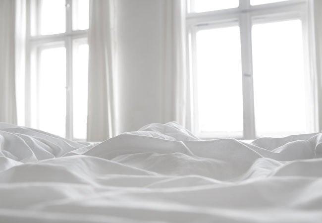 Derfor skal du rede din seng med fugtige lagner