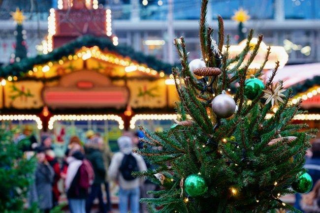 Julemarked med gran og pynt