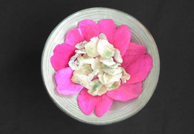 spiselige blomster på en tallerken