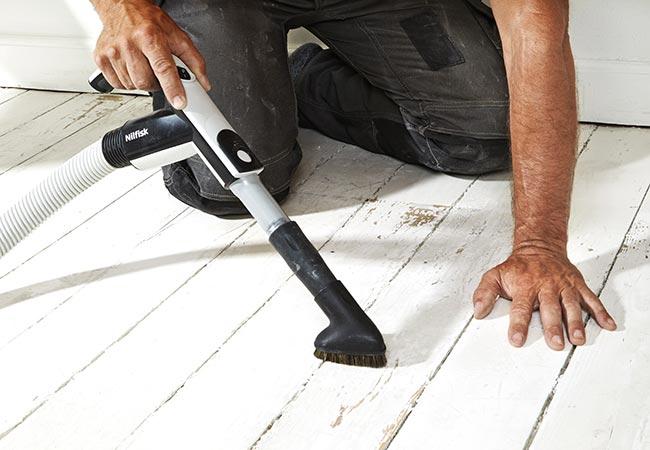 Støvsugning af spartlet og slebet gulv inden maling.