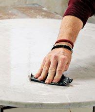 Marmor slibes med vådslibepapir.