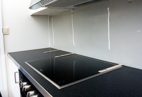 Legg klosser på benkeplata i hver ende av glasset. Disse skal være cirka 4mm høye. De kan være av tre eller annet materiale som ikke er hardere enn glasset. Klossene fjernes når limet har tørket.