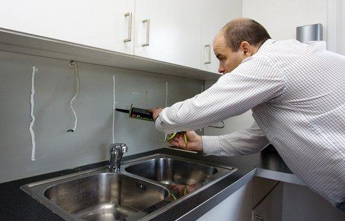 Ha på lim på veggen der glasset skal monteres. Limet legges i horisontale striper med cirka 40 centimeters avstand.