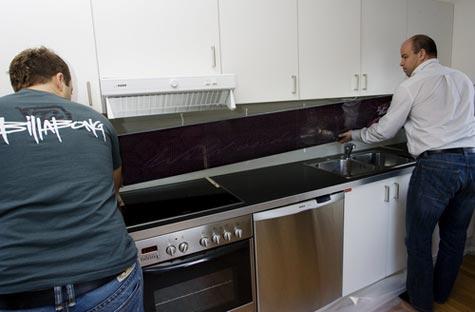 Sett glasset på plass, juster avstand til vegg og høyden fra benkeplata.