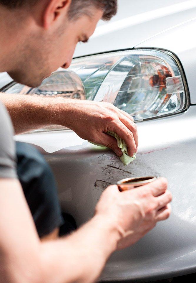 Reparer en ridse i bilen