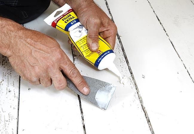 Spartelmasse påføres malet gulv.
