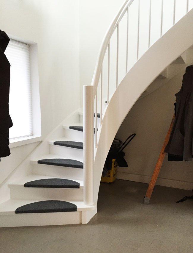 Gulvtæppe på på skridsikker trappe.