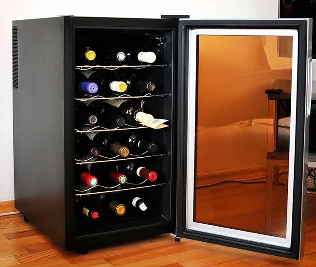 Vinkøleskab med en låge og UV-filter.