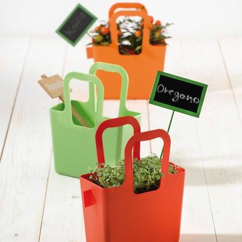 Portabel potte: Disse fargerike og flyttbare pottene fra BoBedre design kan brukes friske opp enhver kjedelig terrasse. Formet som praktiske handlenett kan de flyttes rundt etter behov.