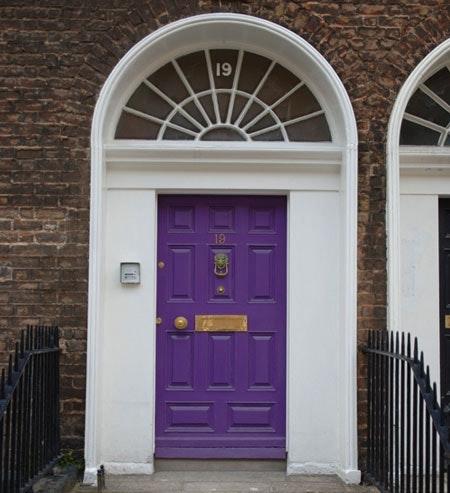 Fargesterk: Ikke vær redd for å bruke farge på ytterdøren. Foto: Colourbox
