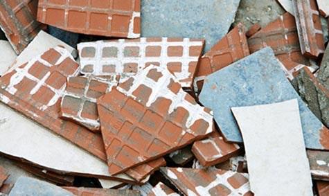 Knuste fliser: Å fjerne fliser er en møysommelig jobb som kan skade membranen.