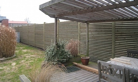 Trelistene fører til at støyskjermen ikke skiller seg så mye ut fra resten av elementene i hagen.