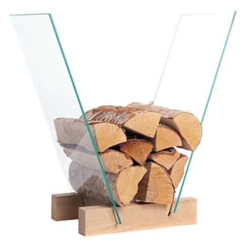 Skråstilt vedstabler: En luftig løsning i glass og tre.