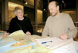Saksbehandlerne Sigrun Lunde og Svein Broks i Tromsø kommune Byutvikling jobber med plan- og byggesaker.
