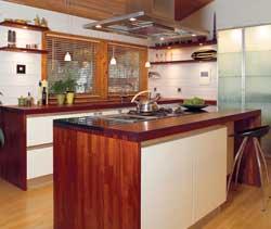 Kjøkken og spisestue henger fint sammen. Den flotte steinplaten i front deler rommet og er et smykke i seg selv. Barstoler fra Bolia.