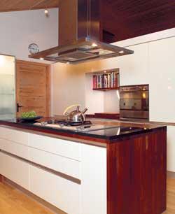 Kjøkkenet fra HTH i mdf-plater er praktisk og luftig. Øya i midten har dobbel dybde, og dermed plass til stekeovn og skap.