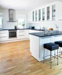 Kjøkkengulvet er fra Tarkett. Kjøkkeninnredningen er Faktum Âdel fra Ikea. Kjøkkenøya står på hjul og kan flyttes for å gi plass til langbord.