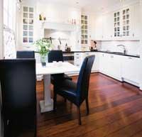 Kjøkkeninnredningen kommer fra JH-interiør og er spesialdesignet i en stil som passer kjøkkenet. Her er alle moderne fasiliteter på plass - induksjonstopp og stekeovn fra SMEG i 90 cm bredde.